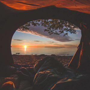 Mit einem Hüttenschlafsack mit Ärmeln können auch kalte Nächte unter freiem Himmel kuschlig warm sein.