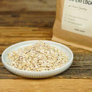 Haferflocken zählen aufgrund der guten Nährwerte zu einem der beliebtesten Getreideprodukte. Sie lassen sich vielseitig verarbeiten und werden besonders gerne zum Frühstück gegessen.