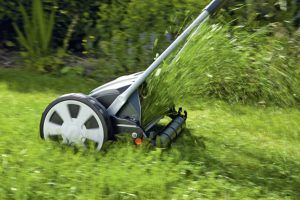 Für ein optisch gepflegtes Erscheinungsbild ist das Mähen der Grünfläche unabdingbar. Ein Handrasenmäher schneidet den Rasen besonders sauber und sorgt für ein dichteres Graswachstum.