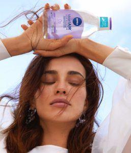 Durch seine wässrige Textur können Mizellenwasser mit einem Wattepad auf der ganzen Haut einfach verteilt werden.