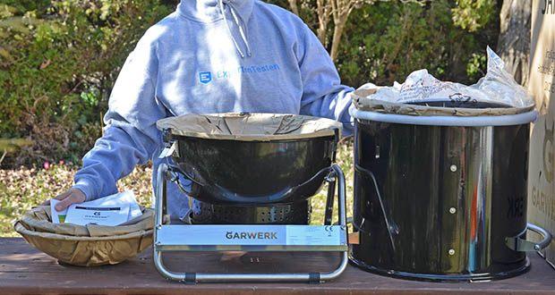 GARWERK Smokey Sam Junior im Test - Lieferumfang: 1 Belüftungsventil, 1 Controller und 3 Sensoren, 1 Grillrost, 1 Schale für Holzkohle, 1 Smoker-Gehäuse mit Gestell, 1 Deckel und Griff, 1 Wasserschale, 1 Öl-Deflektor, 1 Innere Schale, Ablage, Haken für Lebensmittel