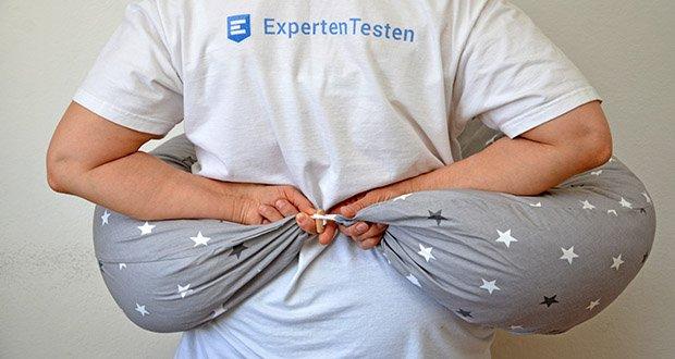HOBEA-Germany Stillkissen XXL im Test - mit einem Holzknopf an den Enden, lässt sich das Stillkissen schließen