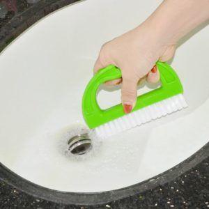Der manuelle Fugenreiniger ist insbesondere für weiße Badfliesen geeignet