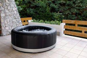 Ihr aufblasbarer Whirlpool mit Holzverkleidung passt sowohl gut in den Garten als auch auf Ihre Terrasse.