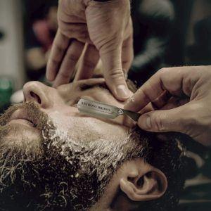 Das Rasiermesser sollte bei der Rasur nur in einem ganz flachen Winkel (30°) auf die Haut aufgelegt und ohne viel Druck über die Haut gestrichen werden.