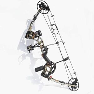 Ein Bogenschütze beim Ausziehen und Zielen mit seinem Compoundbogen.