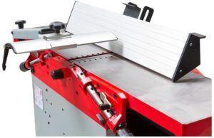 Holzarbeit ist ein traditionelles Handwerk, welches durch den Einsatz technischer Maschinen wie den Dickenhobel modernisiert wird.