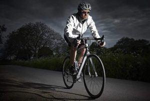 Ein weit verbreitetes Fortbewegungsmittel ist das Fahrrad. Das Fahrrad bietet viele Einsatzmöglichkeiten (Outdoor & Indoor). Somit Bedarf es auch einer passenden und schützenden Kleidung für sichere Fahrten.