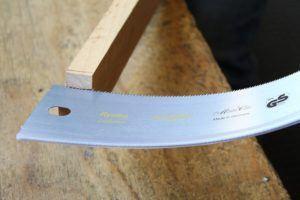 Die Japansäge eignet sich perfekt für genaue Holzarbeiten. Sie kann aber auch bei Kunststoff eingesetzt werden oder um einfach einen Ast abzusagen.