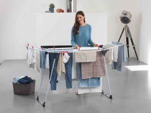Die Kleidung ist für ein optimales Trocknen nicht übereinander und glatt auf dem Wäscheständer zu platzieren.
