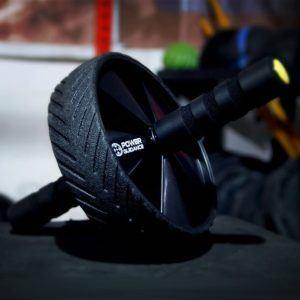 Eine starke Bauchmuskulatur kann die Wirbelsäule stabilisieren und fördert gleichzeitig eine gesunde Körperhaltung.