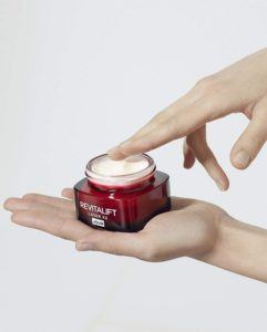 Anti-Aging Produkte versorgen die Haut mit ausreichend Feuchtigkeit und können die Haut somit vor dem Austrocknen bewahren.