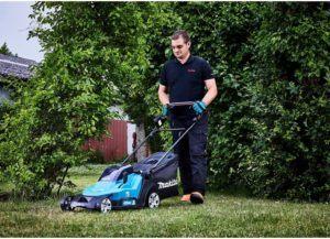 Je größer Ihre Rasenfläche ist, desto größer sollte die Schnittbreite Ihres Geräts sein. Auch der Grasfangkorb sollte groß sein, um ein ständiges Leeren zu verhindern.