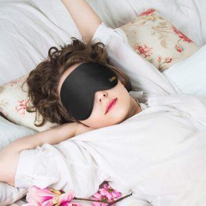 Jede:r zehnte Arbeitnehmer:in in Deutschland leidet unter Schlafstörungen. Bevor jedoch zu Medikamenten gegriffen wird, können Artikel wie die Schlafmaske beim Ein- und Durchschlafen helfen.