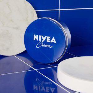 Neben der klassischen Nivea-Hautcreme gibt es auch zahlreiche Produktvariationen, wie Cremes gegen die Vorbeugung von Altersanzeichen oder Pigmentflecken.