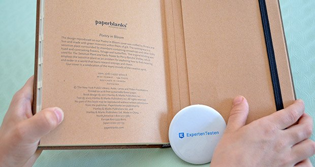 Paperblanks Blühende Poesie Adressbuch im Test - das hintere Vorsatzblatt enthält Namensnennungen und Urheberrechtsinformationen sowie eine Erläuterung zum faszinierenden historischen Hintergrund des Originalkunstwerks