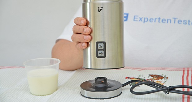 Tchibo Elektrischer Milchaufschäumer Edelstahl im Test - Material: Edelstahlbehälter mit antihaftbeschichteter Innenseite für leichtes Reinigen