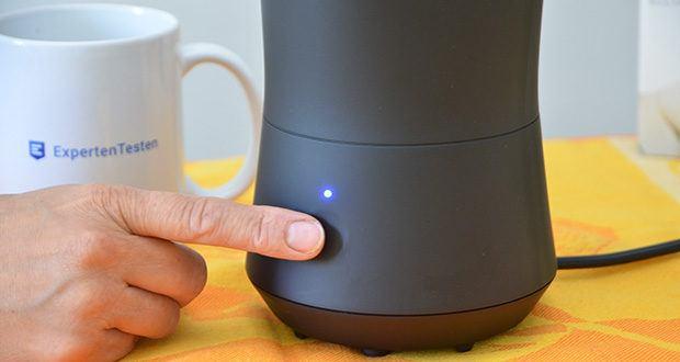Tchibo Elektrischer Milchaufschäumer schwarz im Test - Kontrollleuchte: rot = warm und blau = kalt