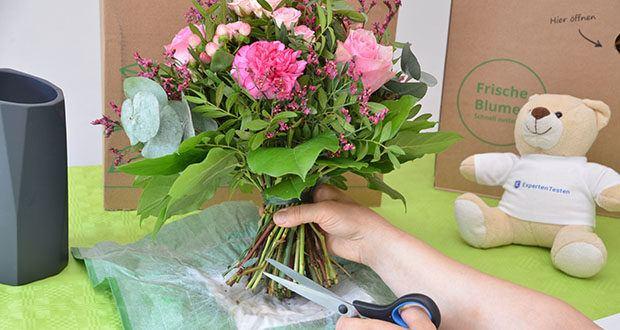 Blume2000 Blumenstrauß Schön, dass es Dich gibt im Test - einige Blätter entfernen; Blumenstraußstiele anschneiden