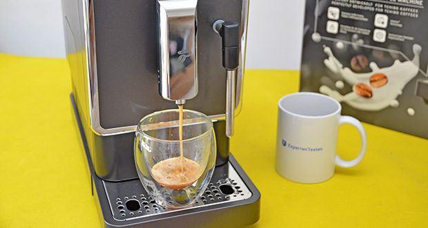 Tchibo Kaffeevollautomat Esperto Latte im Test - höhenverstellbarer Auslauf mit Tassenbeleuchtung