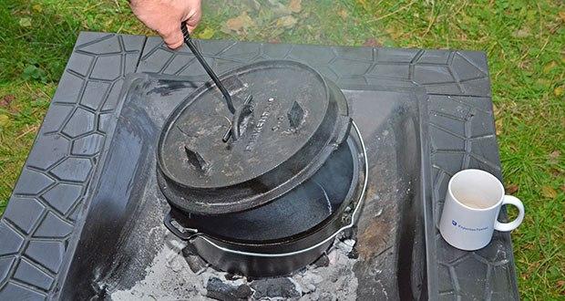 Funkenflug Dutch Oven im Test - in jeder Lage einfach den Deckel anheben oder den kompletten Dopf aus dem Feuer holen